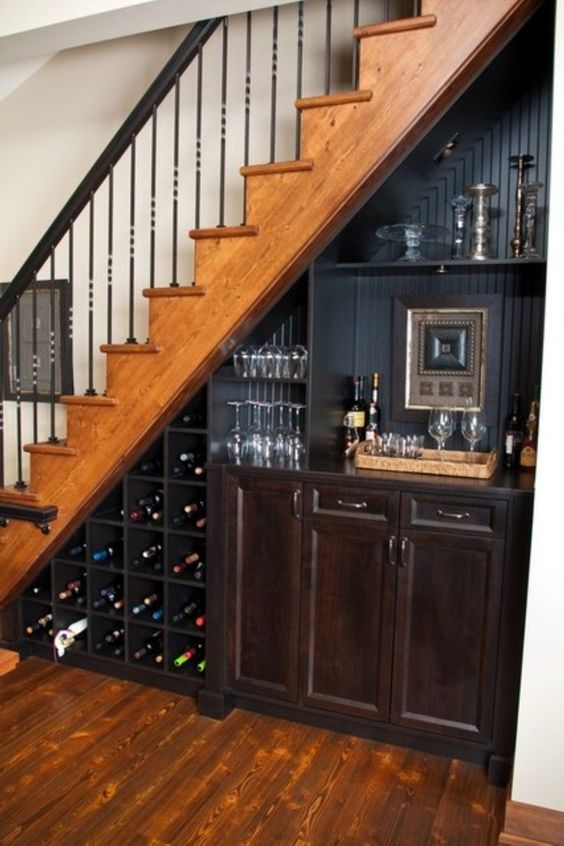 amenajare bar in spatiul de sub scari