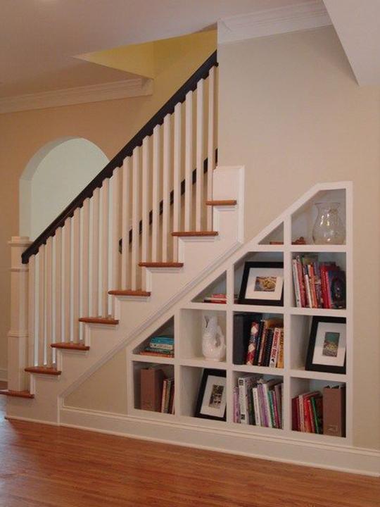 amenajarea spatiului de sub scarile interioare ale casei