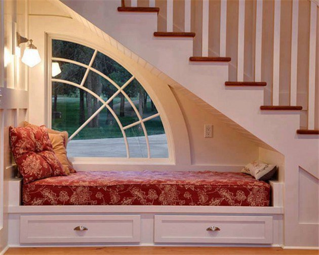 ce poti face cu spatiul de sub scara pat